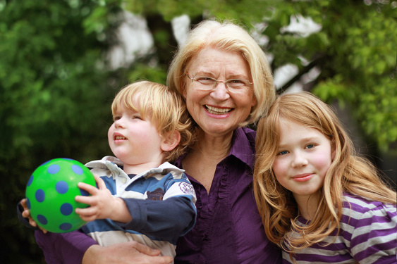 glückliche Oma mit ihren beiden Enkelkindern